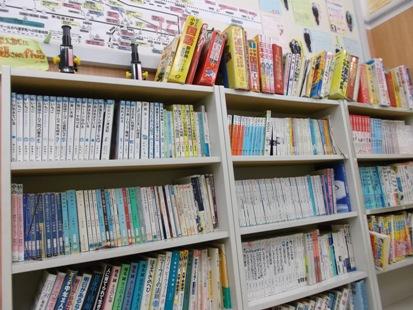 図書コーナー/ CG啓明館では、読書のススメ活動を継続して実施しております。 スクールでも図書コーナーを設け、本の貸し出しもしております。 中学受験でよく出題される本はもちろん、 図鑑・パズルにいたるまで・・・ いつもは手に取らない分野の本に触れるチャンスです!