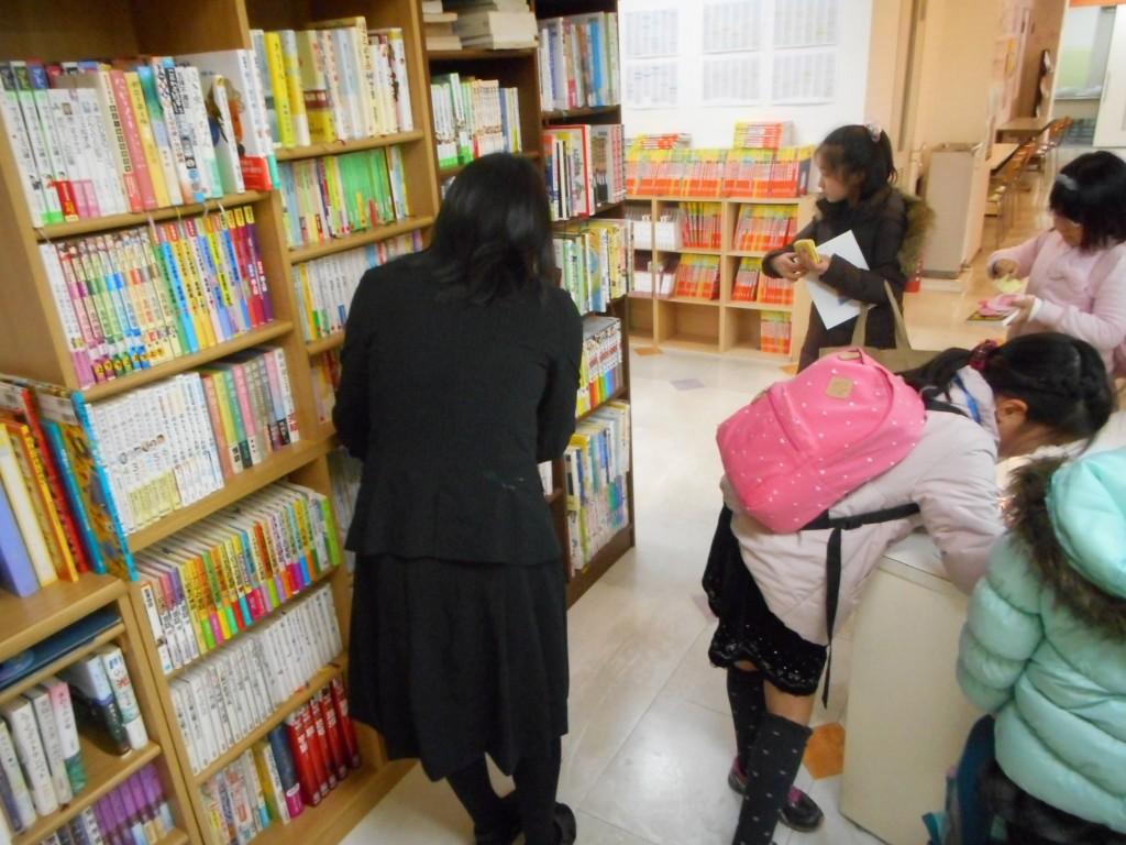 ~こんな取り組みも行っています①~      ☆★町野文庫★☆  鶴見スクールでは、図書の貸し出しを行っています。蔵書はなんと、1000冊以上!本好きなお子様も、これから読もうとするお子様も、ぜひ色々読んでみてくださいね!