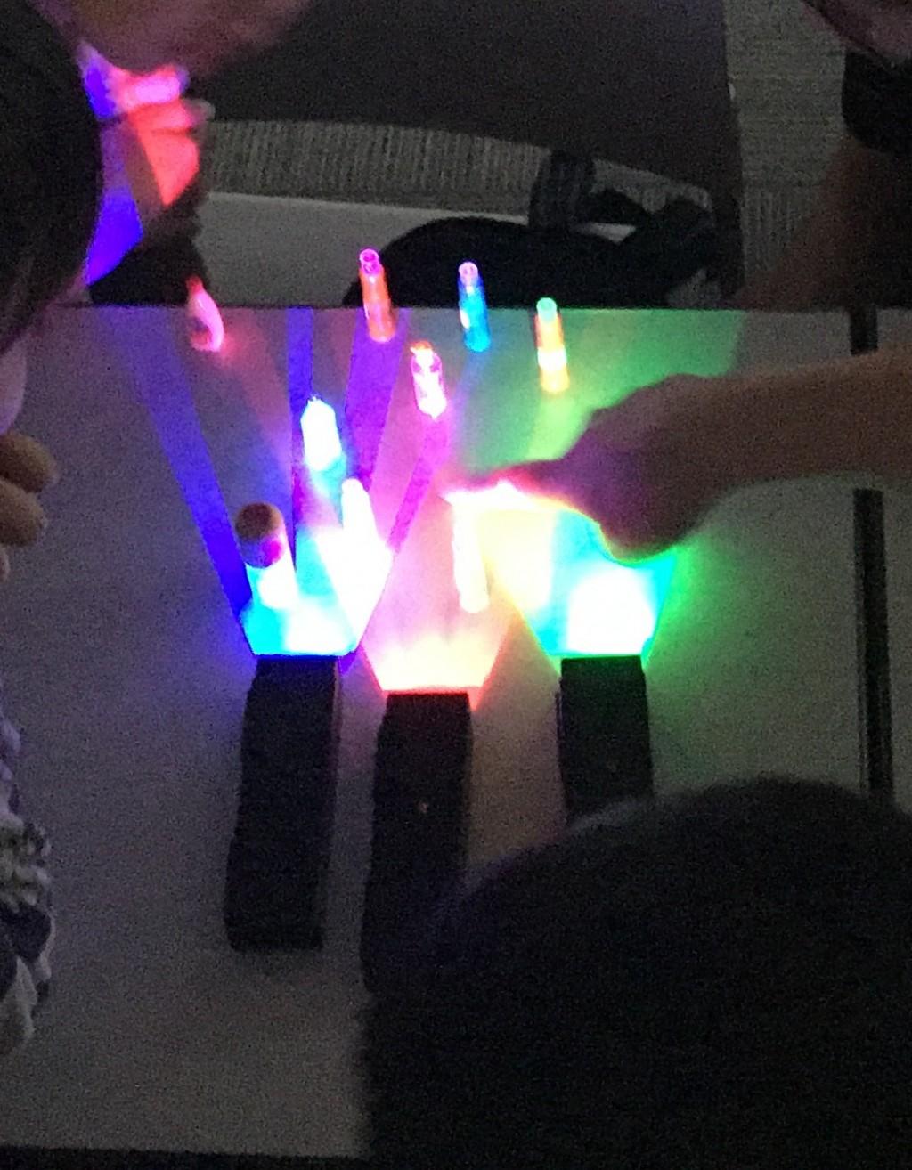 12月1日のサイエンスラボは光をテーマにした理科実験教室をご準備 いたしました。自然への興味・学び事の意義を感じ取ってもらえたらと思います。これは光の3原色についての実験です。