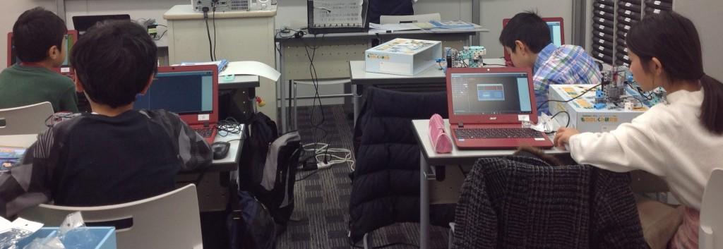 ★もののしくみ研究室★ ロボットプログラミング講座です。 ディベロッパーコースでは犬型歩行ロボットやエレキギターの製作様々な プログラミングを行っております。是非体験会にご参加ください。