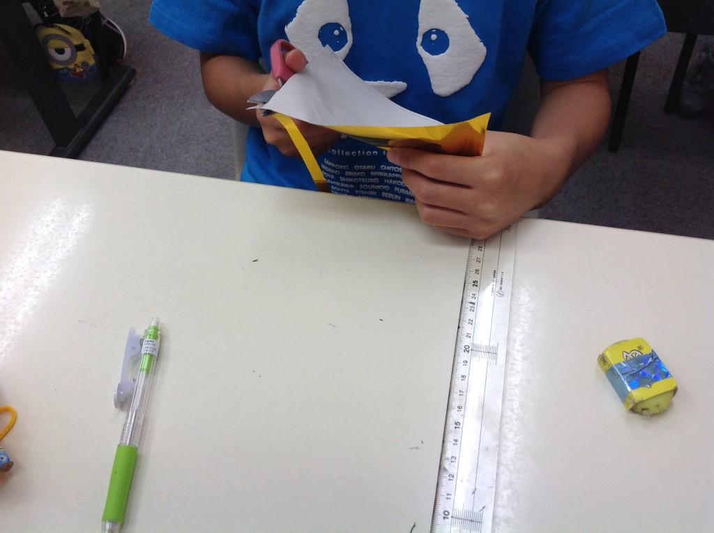 算数おもしろびっくり教室というイベントを行いました。正方形を作って切り分けて、長方形にならびかえると…!?トランプを良くまぜたのに見ないでも数字が分かる…!?