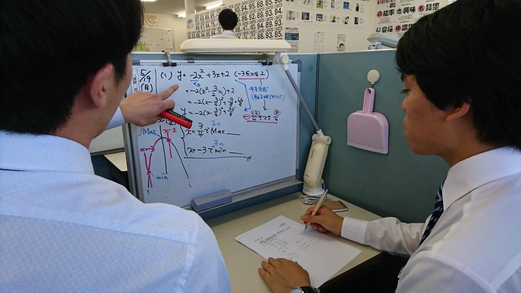 【伊勢原・愛甲石田教室 合同模擬授業研修の様子その2】 単元を教えるのにもいくつかのアプローチがあります。何を生徒に持ち帰らせるのか、何を問うのか、その授業のゴールは何か・・・講師は様々なことを考えながら授業を展開します。