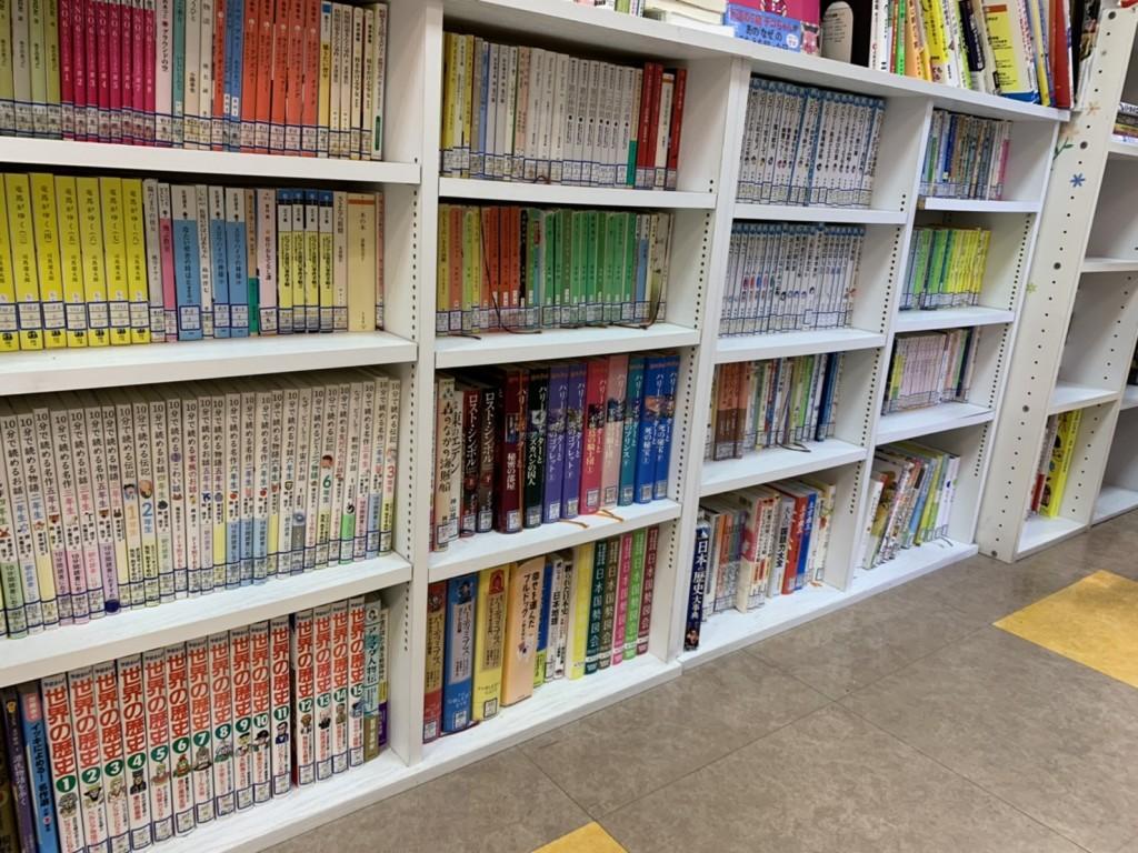 スクール図書が詰まった本棚。入試に良く出る作品や先生おすすめの本が並んでいます。スクール図書は貸出をしており、生徒さんだけでなく保護者の方も借りていただけます。