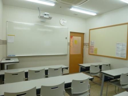 教室には空気清浄機・LEDを完備。ホワイトボードに映像をうつして授業をすることもあります。