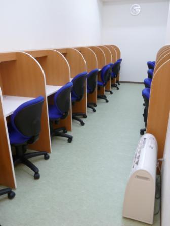 自習室はスクールが開いている時間はお使いいただけます。  授業前後のお時間や、授業がない日もお気軽にご利用いただけます。 自習する際には「自習計画表」もお子様に記入していただくので、時間のメリハリをつけて学習できるシステムになっています。