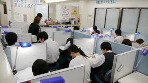 教室は全32ブース 広く快適な空間でいつでも自習が可能です。
