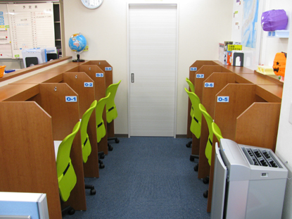 自習スペースはいつでも利用できます。また、分からないところは先生に聞くことが出来ます。