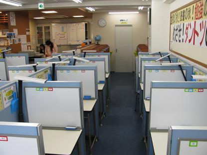 教室は広くて快適です。全てのブースにホワイトボードが設置されておりますので、分かりやすく解説してもらえます。