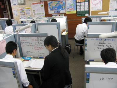 どこよりも親身! 教室では、優秀で面倒見のいい講師陣が生徒一人ひとりに合わせて親身に授業を行います。