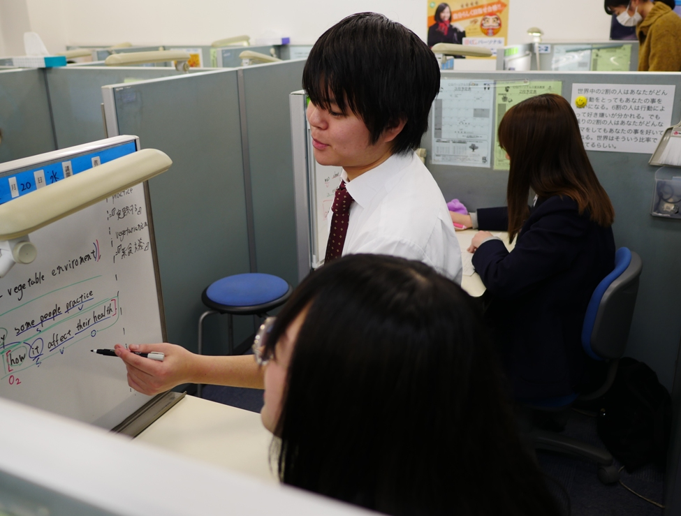 【授業風景】 先生が隣にいるので、分かるまで説明を受ける事ができ、できるまで問題演習を行います。