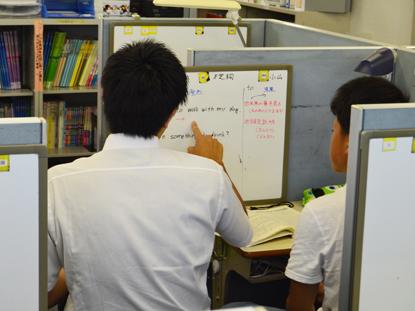 ホワイトボードを使って、分かりやすく指導をしています。生徒が理解できているかどうか確認するときにも便利です!