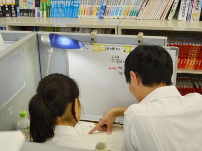 どこよりも親身! 教室では、優秀で面倒見のいい講師陣が生徒一人ひとりに合わせて親身に授業を行います。 自習のフォローも行っています。