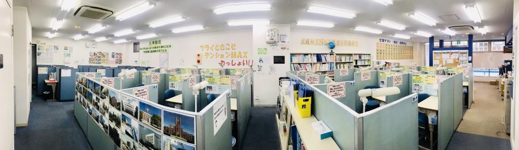 教室内です。 奥行きが広く天井が高いです。 授業はもちろん、自習でも利用できます。
