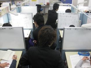 ◎授業の様子◎ 授業は各ブースに設置されたホワイトボードを使用して行います。わからないところをわからないままにしない、「わかる」ようになったら次は「できる」ようになるまで☆これが成績アップの秘訣です!高座渋谷教室ではこの「できる」にこだわった指導を行っていきます。またノートの取り方の指導も行います!