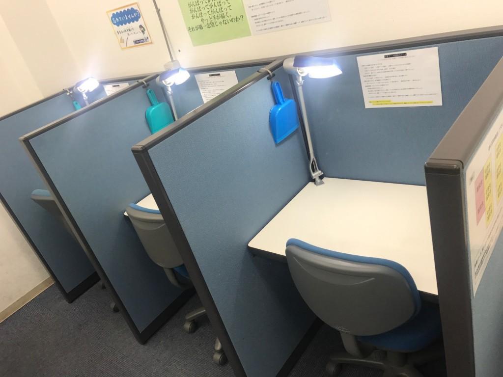 自習ブース パーテーションで分けられているため 集中して勉強ができます。 各ブースにライトがついています。  中学生、高校生の利用者が多いです。