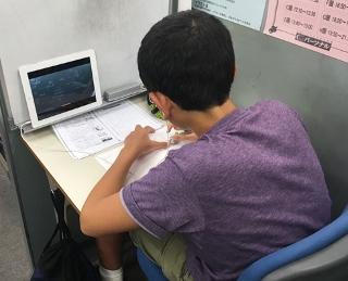 速読(全学年)・図形の極(小学生)・ハイパーウイング(中学生)・ベリタス/速読英語(高校生) iPadを使った学習を行っています。