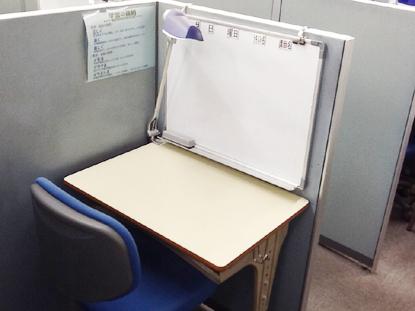 授業は一人ひとりのブースに付いたホワイトボードを使って、丁寧にわかるまで教えます。