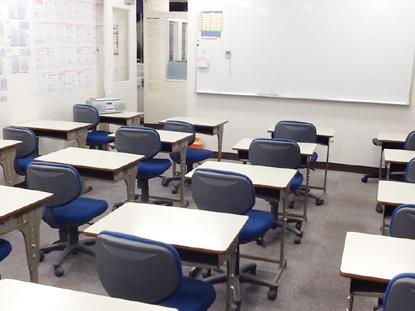 中学・高校生用自習室。教室として広いスペースを確保していますので、 静かな環境で集中して勉強ができます。自習中にわからなくなってしまったときは、 すぐに質問ができます。