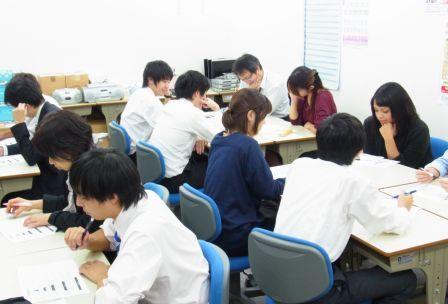明るく頼もしい川崎教室の講師陣。専門分野も様々です。 お子さまの状況や、性格にピッタリな講師がご担当いたします。