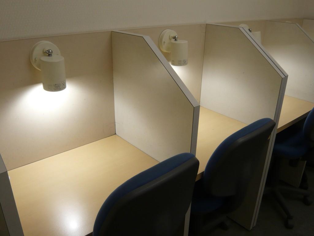 『自習室』 8席あります。授業のない日もお使いいただけます。 計画をたてて、集中して自習します。