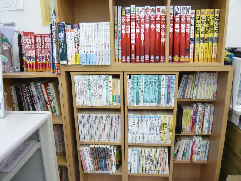 『図書コーナー』 入試によく出る本、生徒からのおすすめ図書、図鑑など、さまざまな種類をそろえています。貸し出し可能な本もあります。
