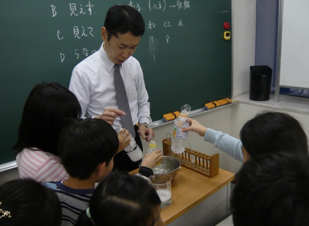 『小4理科 実験中』 実際に見て、触れて、学ぶ時間も大切にしています!