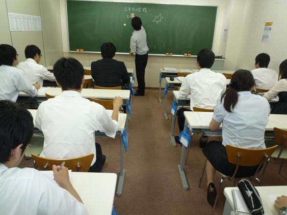講師研修の風景です。最新の教務知識の学びの場でもあり、授業研修の場でもあります。