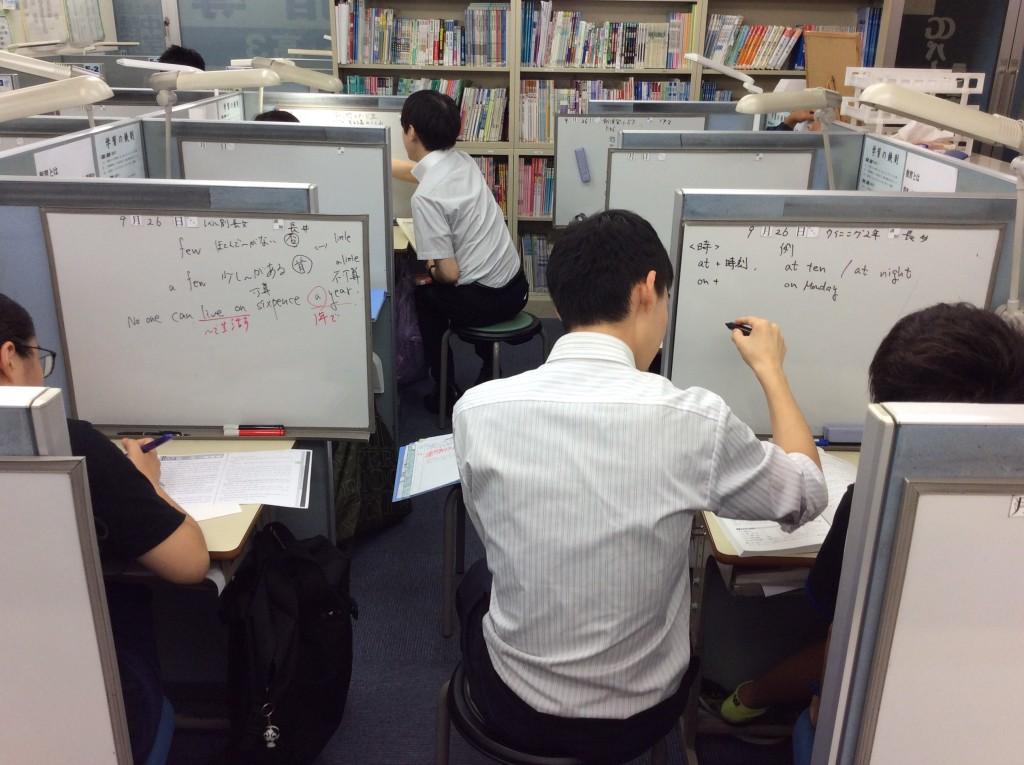 5Fにて個別指導を行っています。 講師1人につき最大2人までの授業となります。