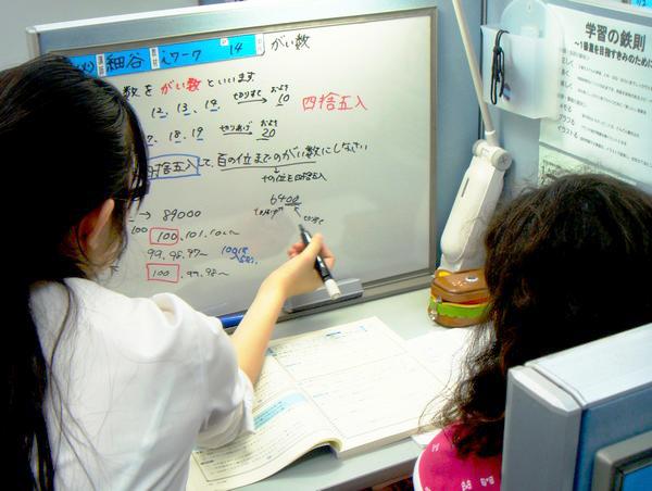 個別の授業はホワイトボードを使って行います。ノートを取るのが上手になり、授業で得た知識・解法の戻り場を作れるメリットがあります。またストップウォッチを利用して、授業に緊張感も持たせています。