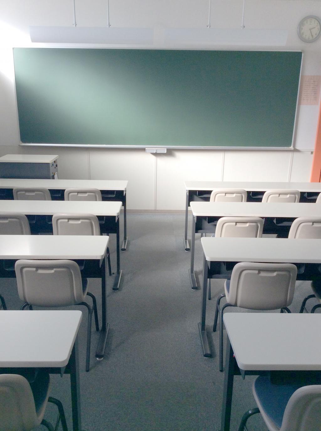 スクール自慢の集団教室。普段は集団授業の場として、 時には自習の場として、生徒が切磋琢磨する空間です。