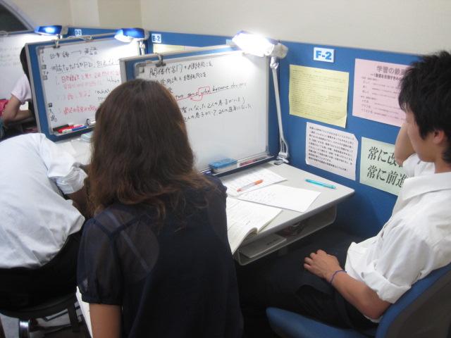 個別ブース 先生が横について、親身に相談にも乗ってくれます。 ホワイトボードにあなたのための板書をします。