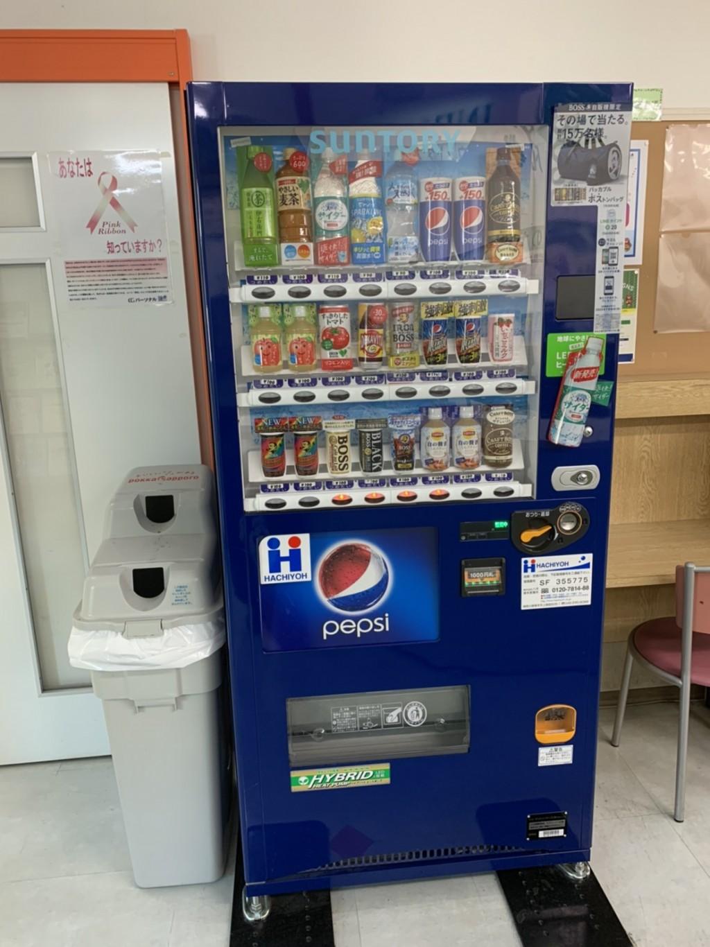 教室内に自動販売機があります。 暑い夏には冷たい飲み物、 寒い冬には温かい飲み物、 いつでも水分補給ができます。