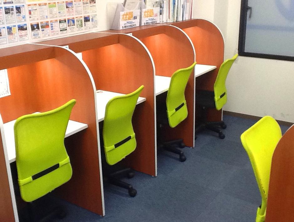 <自習スペース> こちらは中学生・高校生用の 自習スペースです。 静かな環境で集中して勉強できます。