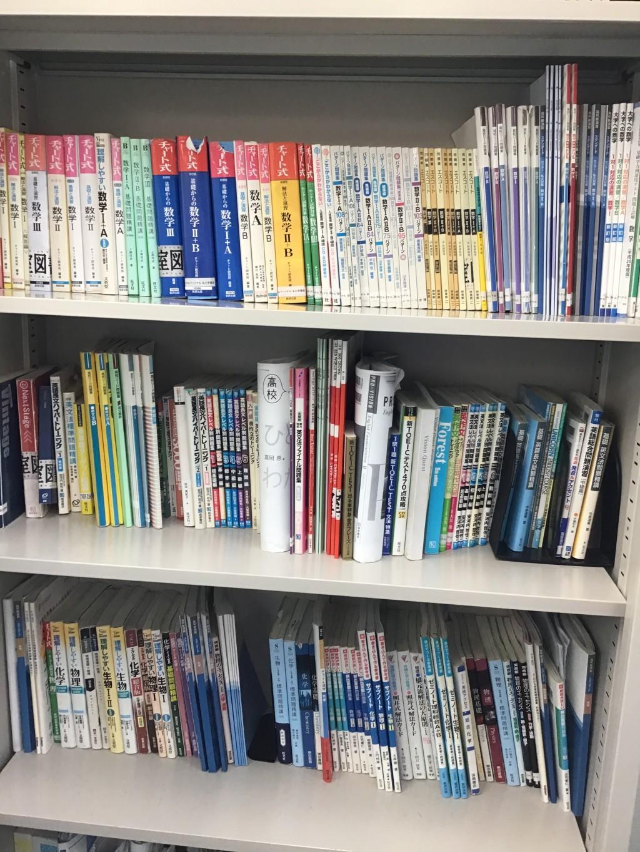 〈教材〉 公立の学校はもちろん。私立の学校の教材も幅広く対応しております。充実した教材・進学情報を用意!!