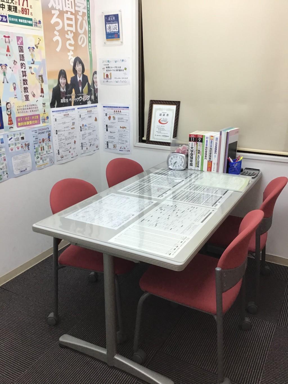 〈面談室〉 各種情報を取り揃えており、ゆったりと進路相談が受けられます。いつでもご相談にいらしてください。