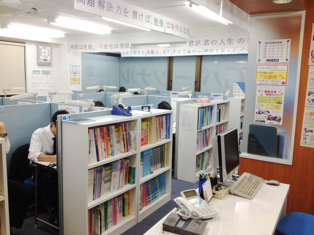 〈教室ブース〉  教室ブースは、明るくて清潔な自分だけの空間。 空気清浄器、防犯システムも完備!