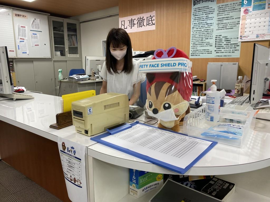 【感染予防】  こういう時期だから、講師はマスクを着用して授業に臨むなりっす。安心・安全には気をつかっているなり。