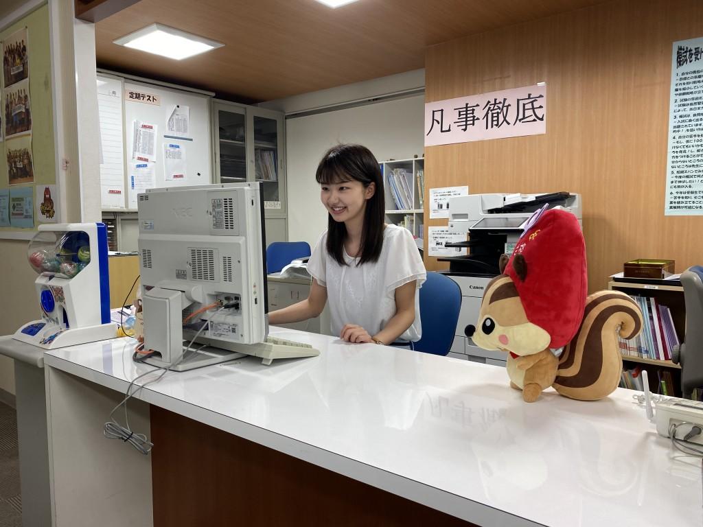 【受付】 女性スタッフの室長サポートさんが明るく迎えてくれたなり。