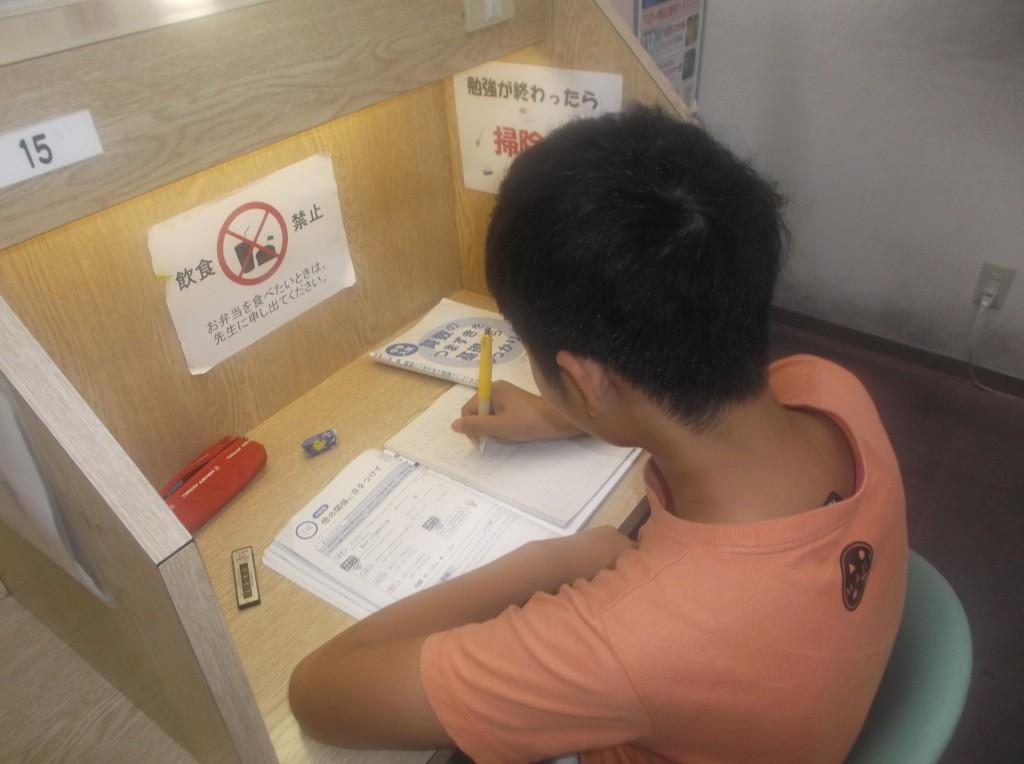 自習スペースはいつでも利用できます。わからないところは、先生に質問してくださいね。