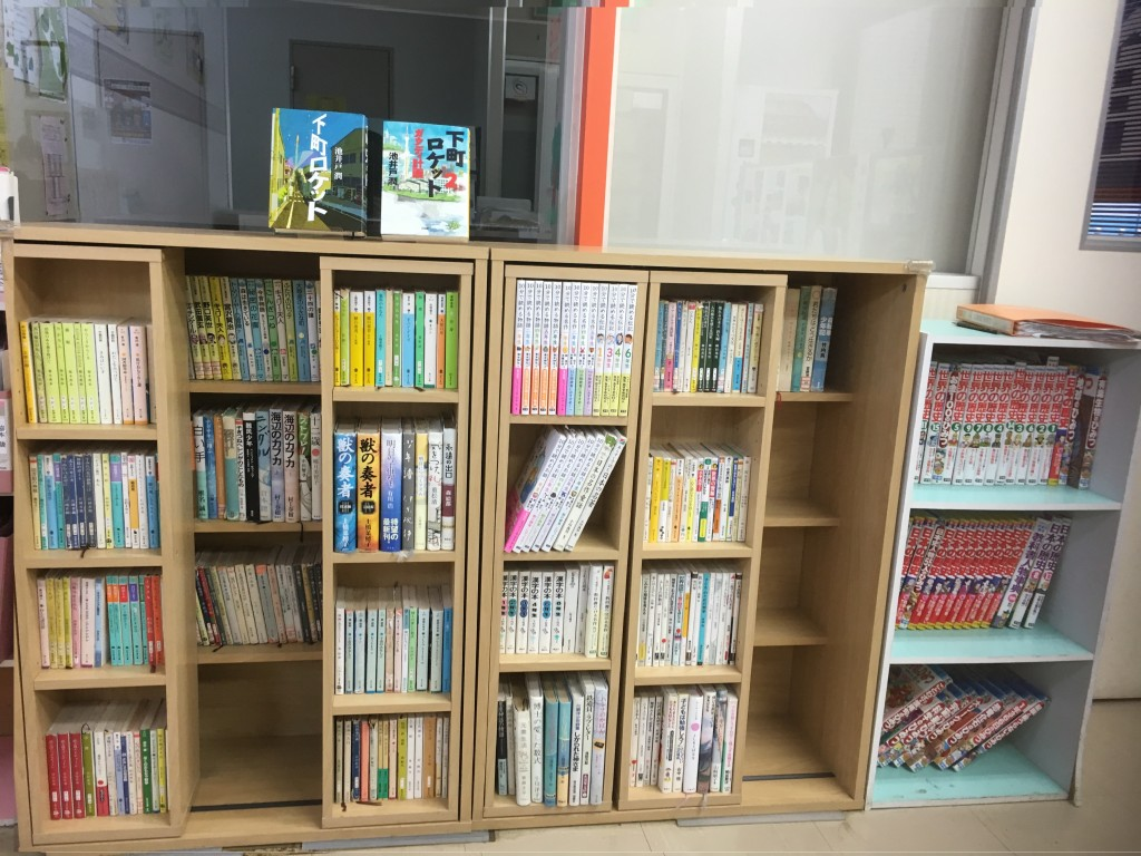 本棚には国語科講師おすすめの本がいっぱい!自由に借りて読むこともできます。定期的に新しいものも追加していて、大人気です!