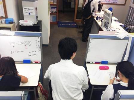 <授業風景> 講師がしっかりと隣について、お子様の様子を確認しながら進めていきます。