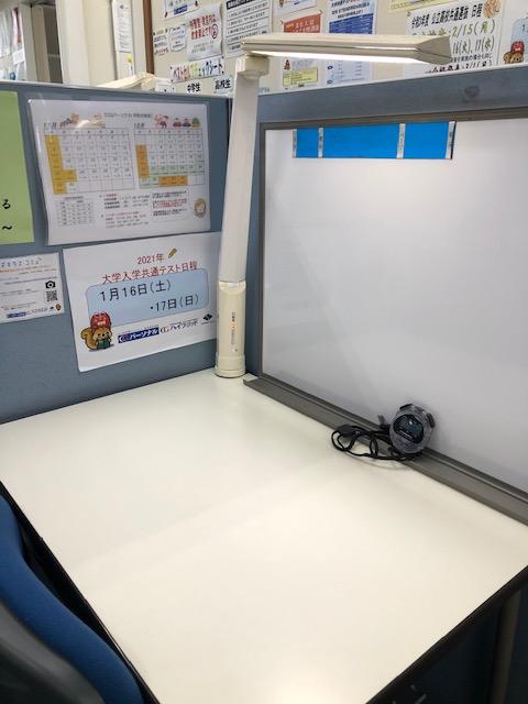 生徒一人に一つのホワイトボード、座席。授業ではストップウォッチを使用して集中して演習に取り組めます。