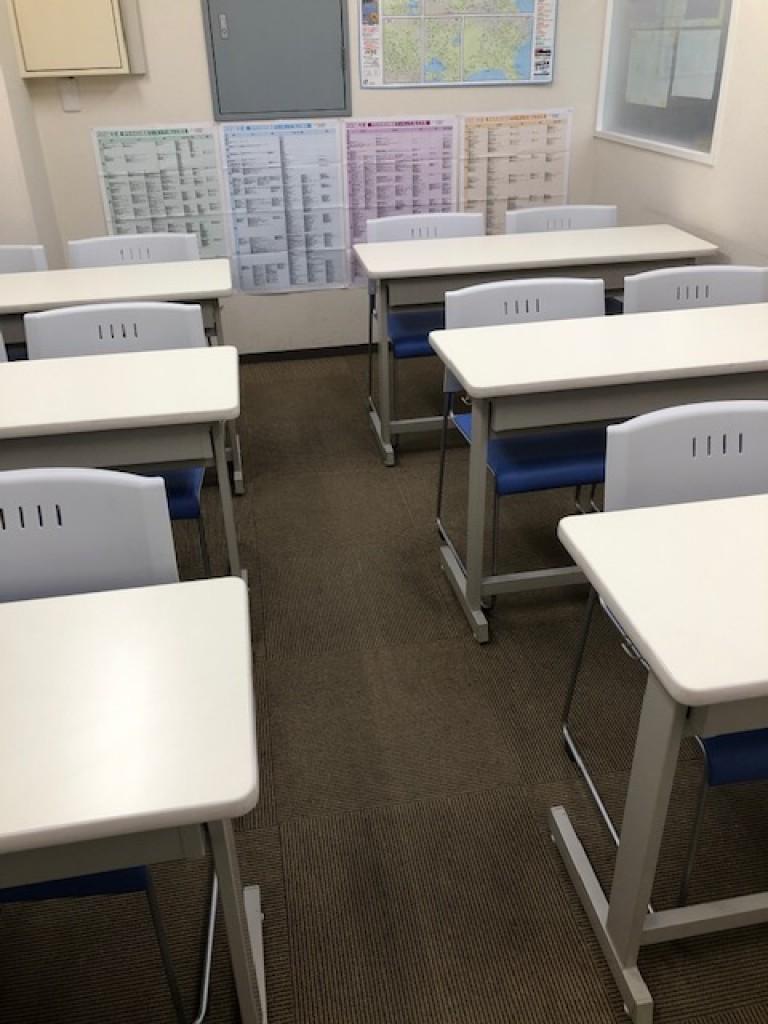 集団授業室、自習室。個別ブースとは別に、フロアには模試受験や受験生特訓授業で使用する集団室を用意しています。