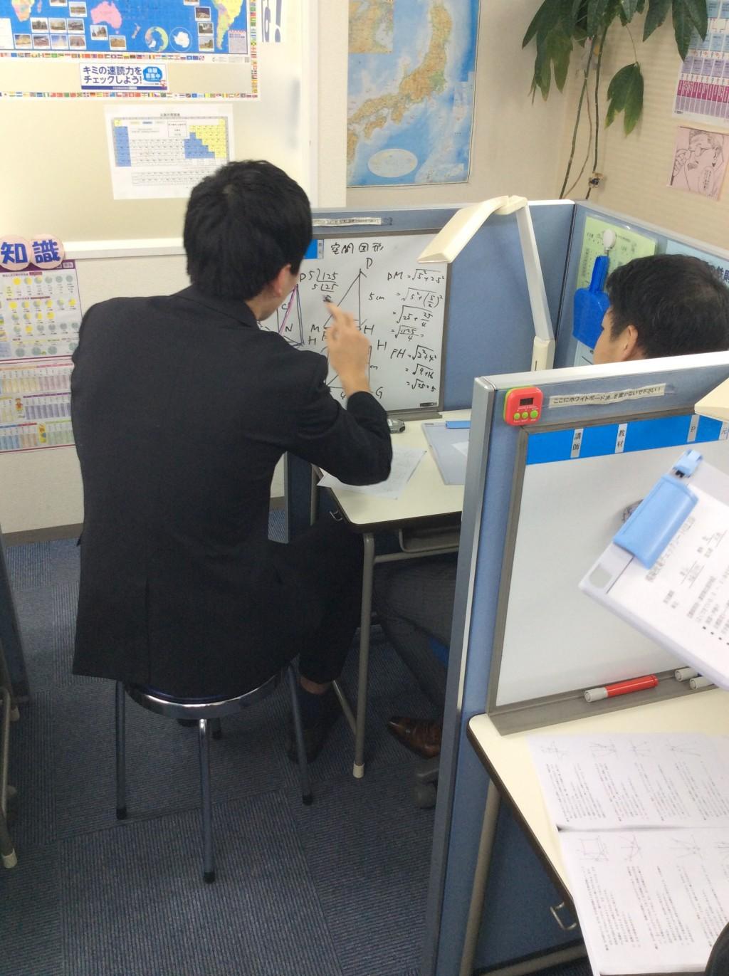模擬授業風景① 生徒役、講師役になり、模擬授業も欠かさず行っております。
