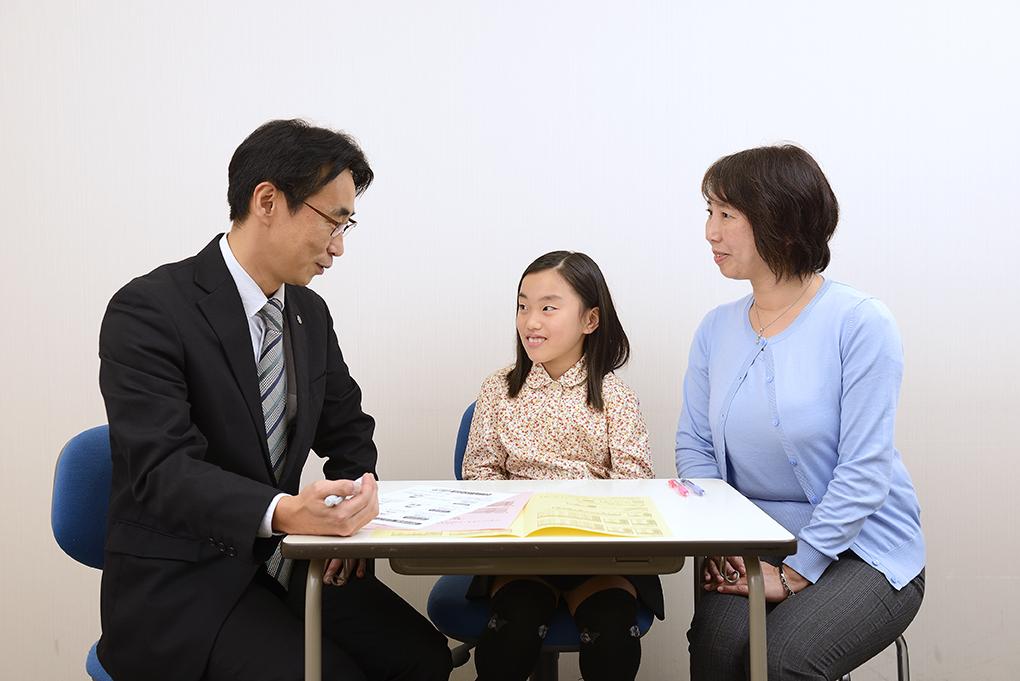 お電話や面談にてご家庭と連絡をとりながら、お子さまの変化にリアルタイムに対応し、一人ひとりに合った指導を行います。
