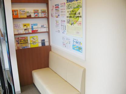 教室の中は、環境に配慮した空気清浄機やLED照明となっております。