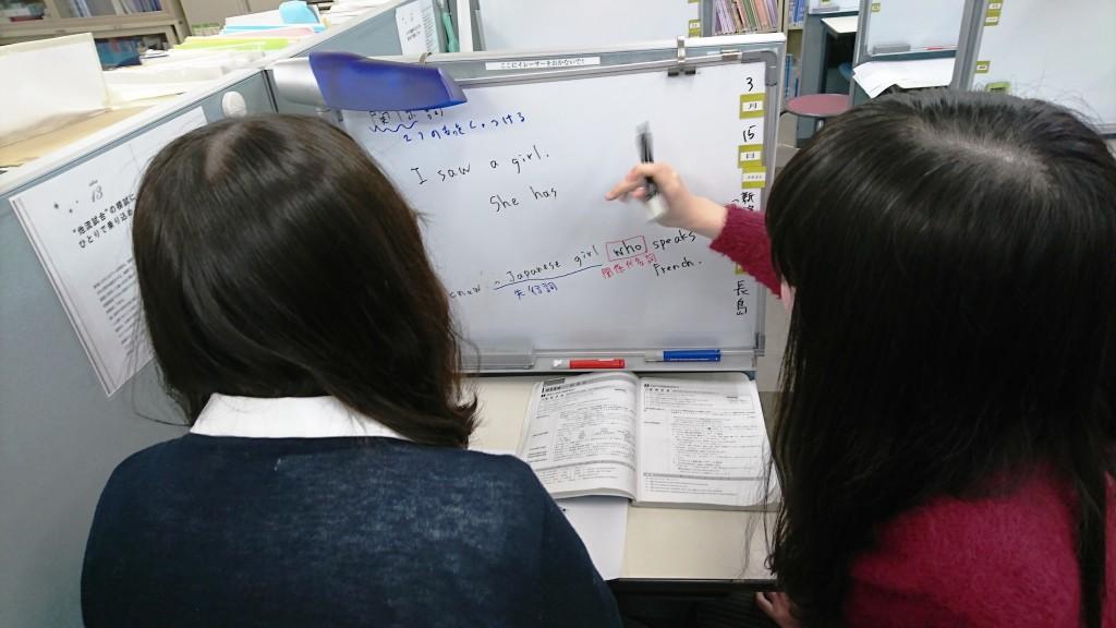 【模擬授業研修】 研修では、観察者役を交えた模擬授業研修が行われます。それぞれの講師の良い面、改善すべき面を忌憚無く指摘し合い、理想とする授業を求めて研究しています。また、他教室との模擬授業合戦もあり、幅広くノウハウを得る仕組みがあります。