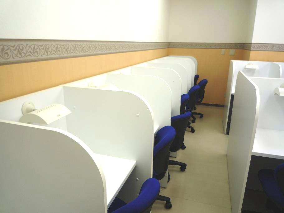 ★自習室完備★ 個人ブースつきの自習室です。スクールが開いている時間ならいつでも使用可能!職員室の隣なので、質問もすぐできます。 生徒の皆さんは集中して学習しています。