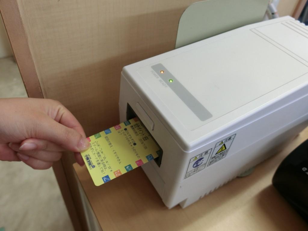 ★スクールにきたらポイントカードを通そう!★  一人に一枚配布されるポイントカードは、ポイントがつくだけでなく、ご登録いただくと登校・下校のお知らせがメールで通知されます。  また、たまったポイントで限定アイテムと交換できます!