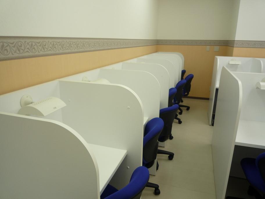 ★自習室完備★ 個人ブースつきの自習室です。スクールが開いている時間ならいつでも使用できます。職員室の隣なので、質問もすぐできます。 集中して学習することができます。